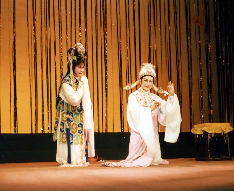 """与戏迷共同回首越剧""""黄金年代"""",他们用经典选段纪念戚雅仙、毕春芳艺术合作70周年"""