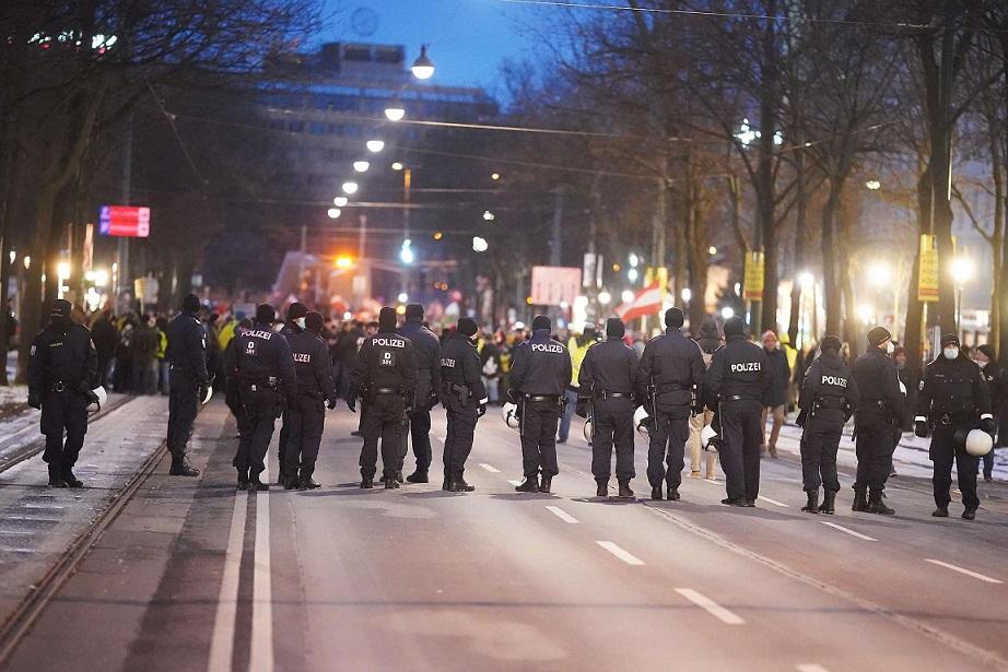 """奥地利首都维也纳多处暴发大规模""""反封锁""""抗议游行"""