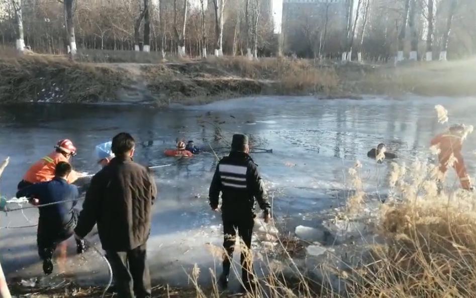 银川一对爷孙去湖面玩冰,结果双双跌进冰窟窿!