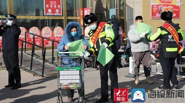 惠民交巡警进社区开展冬季道路交通安全宣传活动