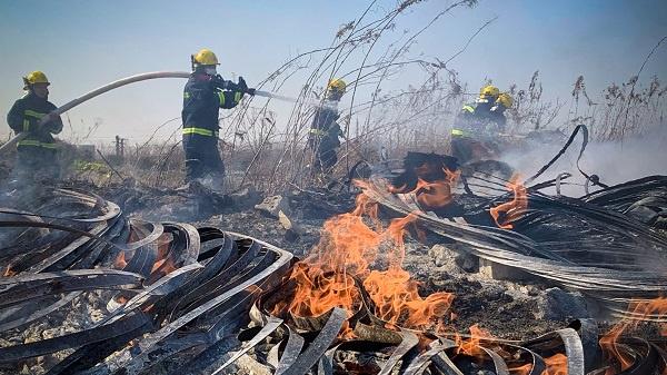 空地内杂物突然起火 消防迅速到场扑灭