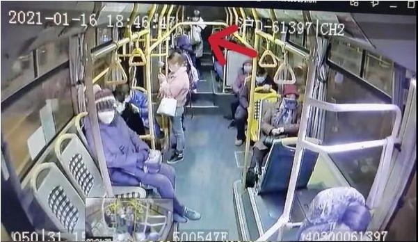 上海公交车紧急刹车,一名女乘客摔倒后不幸身亡