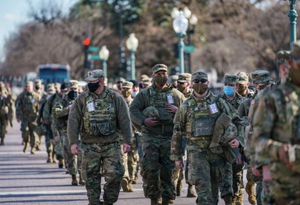 """国际观察丨2.5万名士兵护卫拜登就职典礼:""""华盛顿就好像是战区"""""""