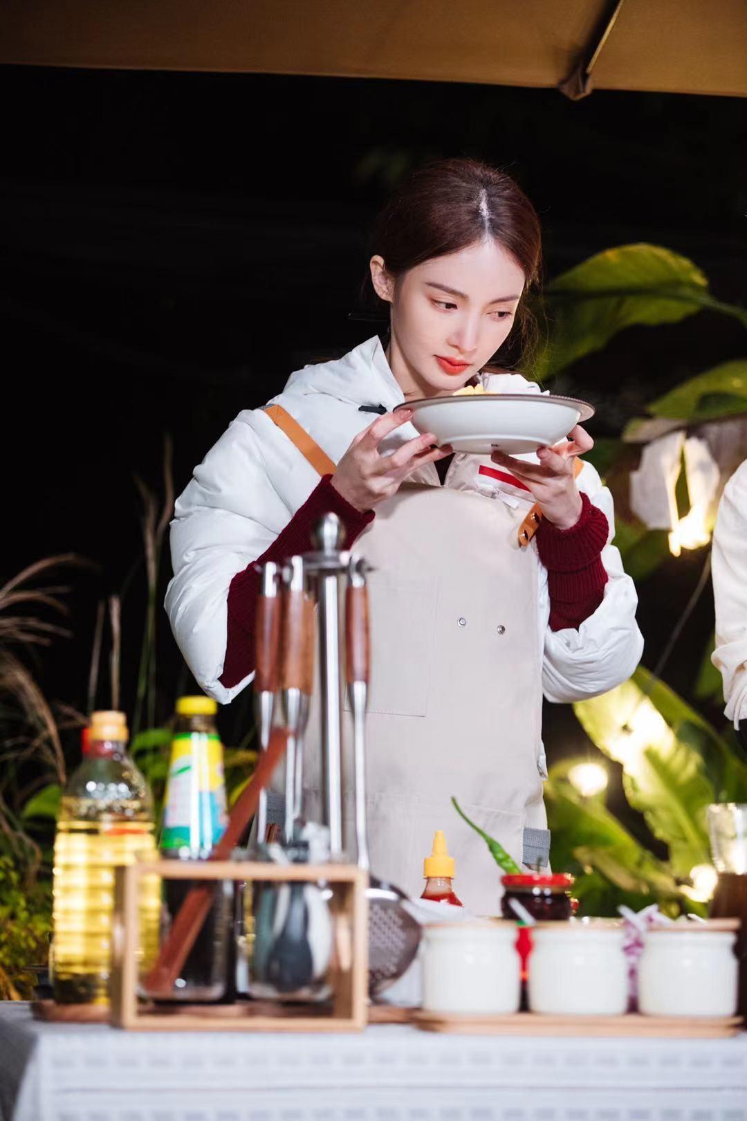 金晨演示多项惊喜技能 下厨房制造无限快乐