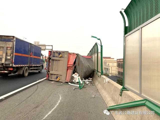 货车侧翻货物散落,路政员紧急转移近6000个马达