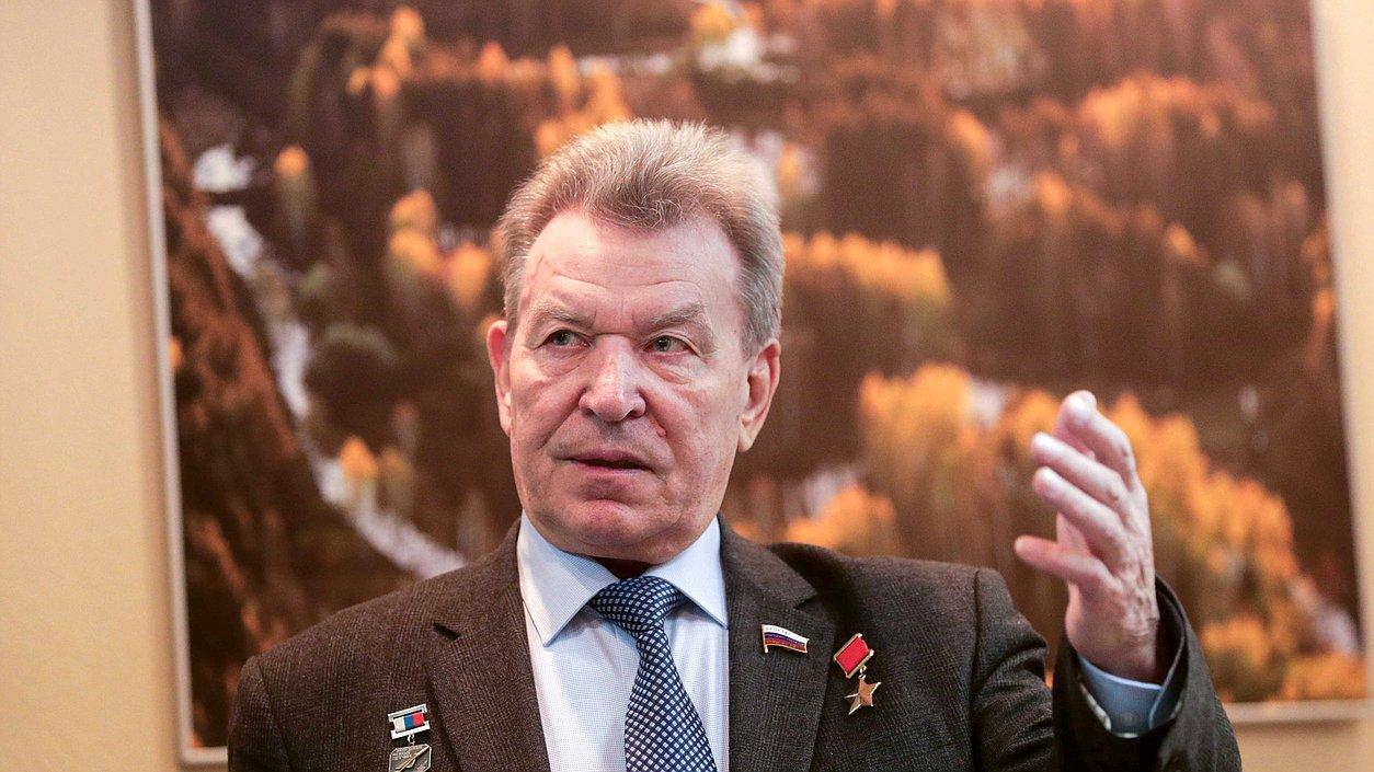 """""""苏联英雄""""、俄议员安托什金感染新冠后去世,曾亲自驾机穿越切尔诺贝利核爆反应堆参与救援"""