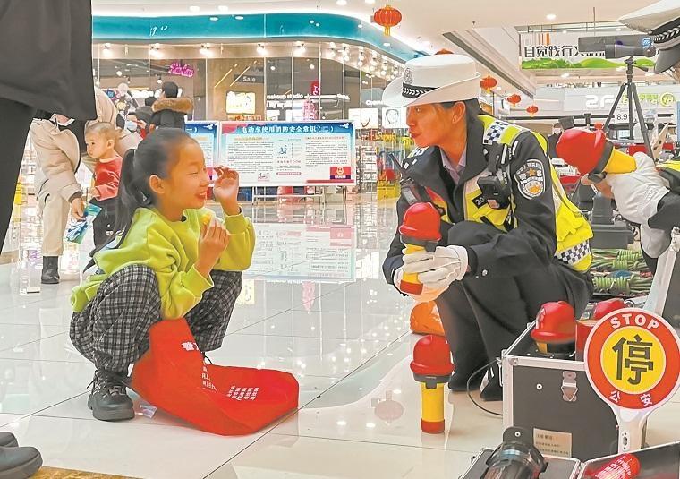 石嘴山市交警开展110宣传活动庆祝中国人民警察节