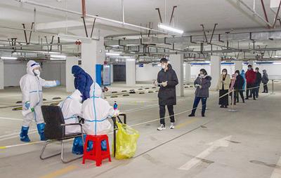 龙沙区奥悦华庭小区内居民有序进行第二轮核酸检测