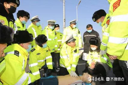 新泰交警开展志愿者交通事故应急救援知识培训活动
