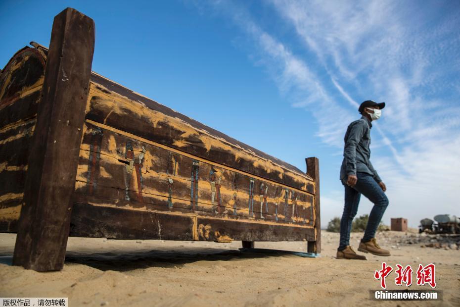 埃及考古队发现两千年前木乃伊
