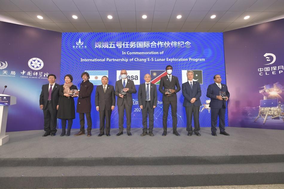 """""""大使走进中国探月工程""""活动举行,外方合作机构获颁纪念牌"""