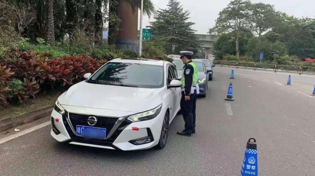 无证驾驶逾期未年检车辆 驾驶人被万宁交警拘留、罚款