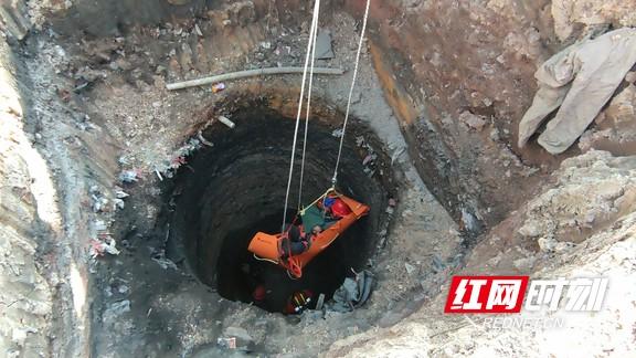 湘潭:工人掉入深井无法动弹 消防紧急救援