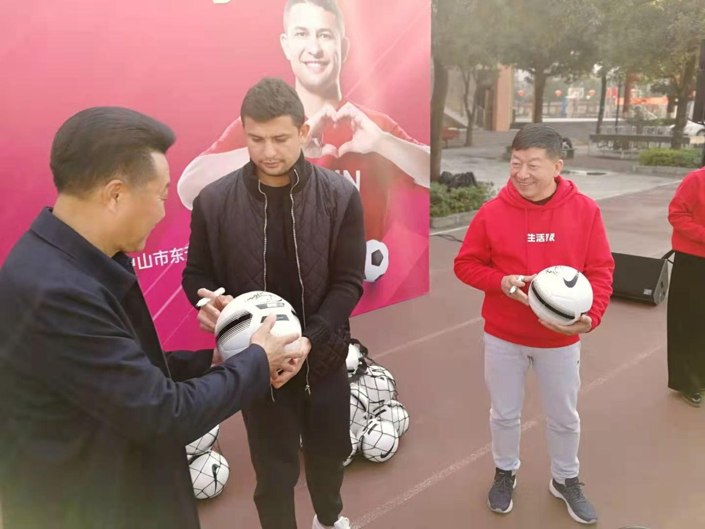中国男足首位非华裔国脚艾克森来中山,接受了本台专访!