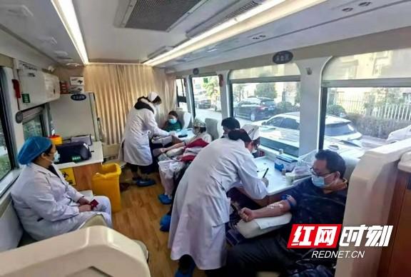 张家界:桑植县人民医院组织职工开展无偿献血活动
