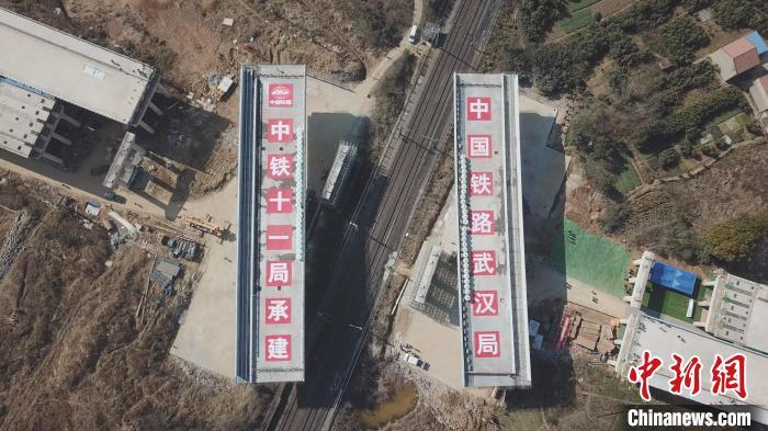 两座17000多吨桥梁同时成功转体跨越京广铁路
