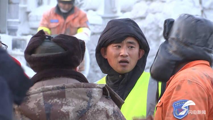 莱阳吊车司机连夜支援栖霞事故救援现场 心愿:想看到被困矿工安全升井,挨个抱一下