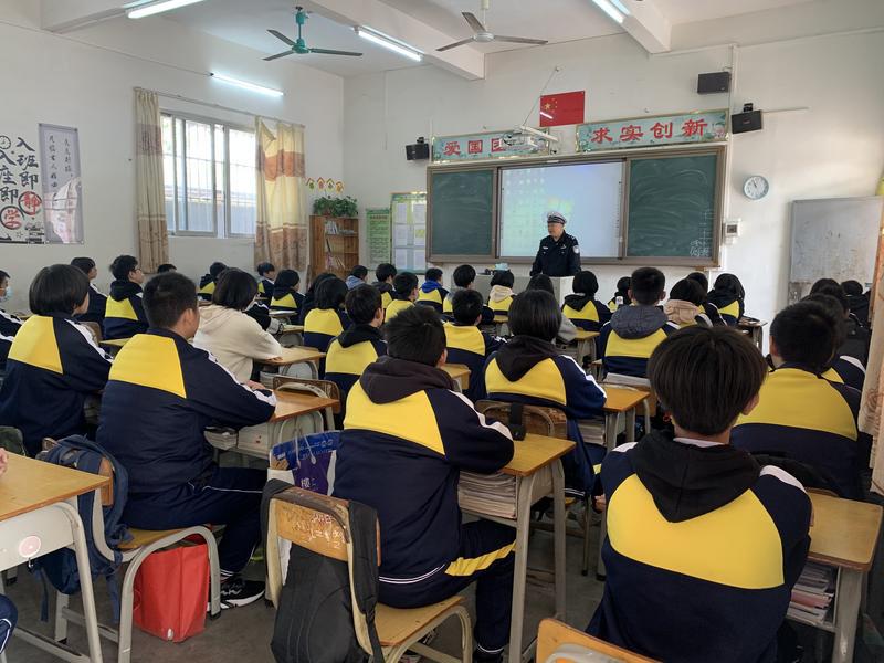 江门开平交警走进中小学开展假前交通安全教育宣传