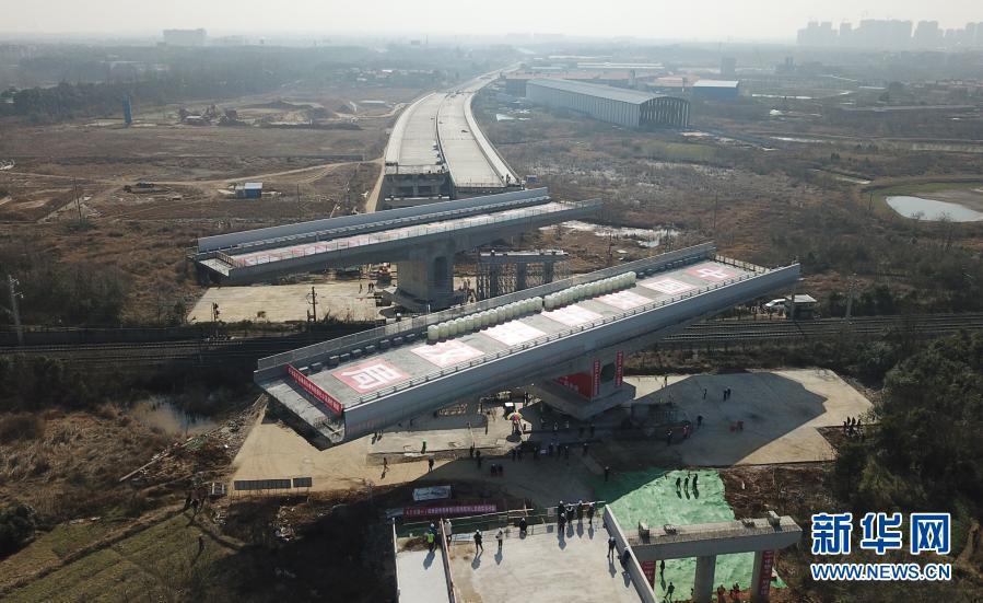 湖北孝感:107国道跨京广铁路转体桥成功转体