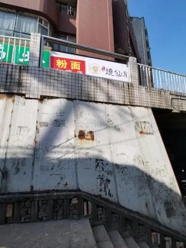 达高桥一防护栏缺失市民心慌慌 ,相关部门已做简易防护
