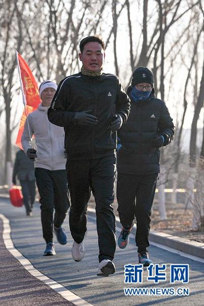 1月1日,在宁夏银川市森林公园,跑友参加新年健身跑。