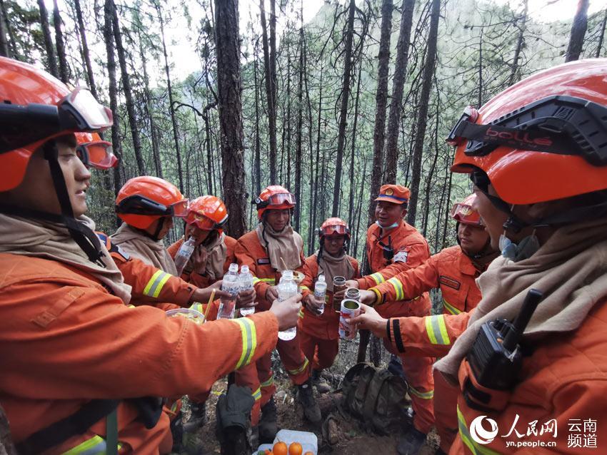 云南香格里拉森林火灾明火全部扑灭