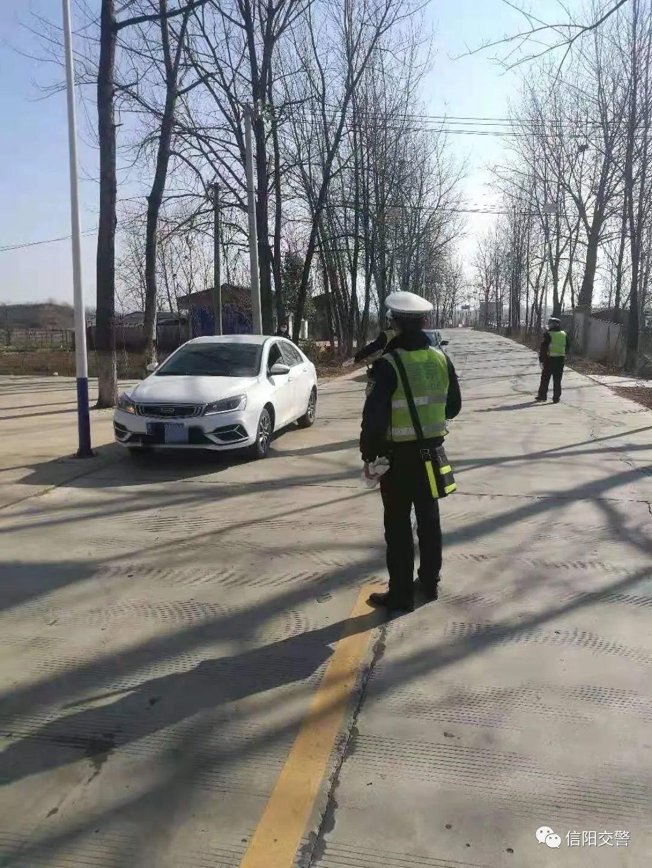 信阳交警支队平桥勤务大队深入农村道路开展酒驾查处行动