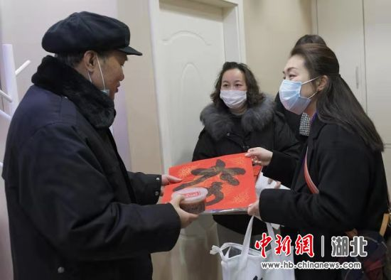 武汉社区工作者为高龄、空巢、独居老人送祝福