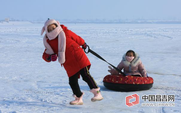 游客在呼图壁县五工台镇百泉湖滑雪圈