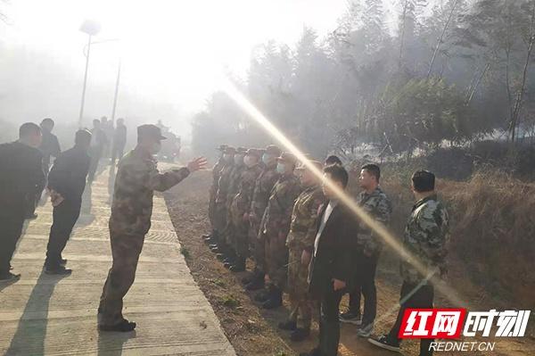 郴州北湖区人武部组织民兵应急力量全力扑救山火