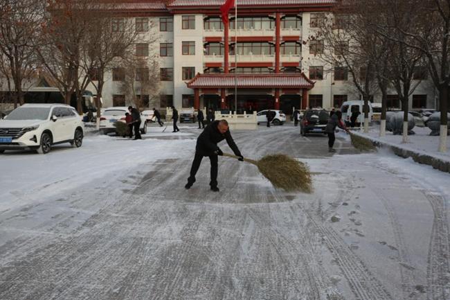 古北口镇党员干部齐上阵 扫雪铲冰保安全