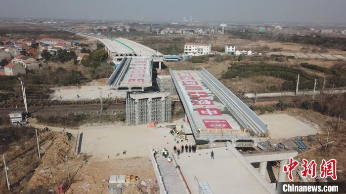 两座17000多吨桥梁同时成功转体跨越京广铁路            两座17000多吨桥梁同时成功转体跨越京广铁路