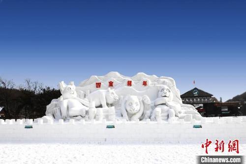 """沈阳国际冰雪节在棋盘山启幕 四只熊猫雪雕来""""拜年"""""""