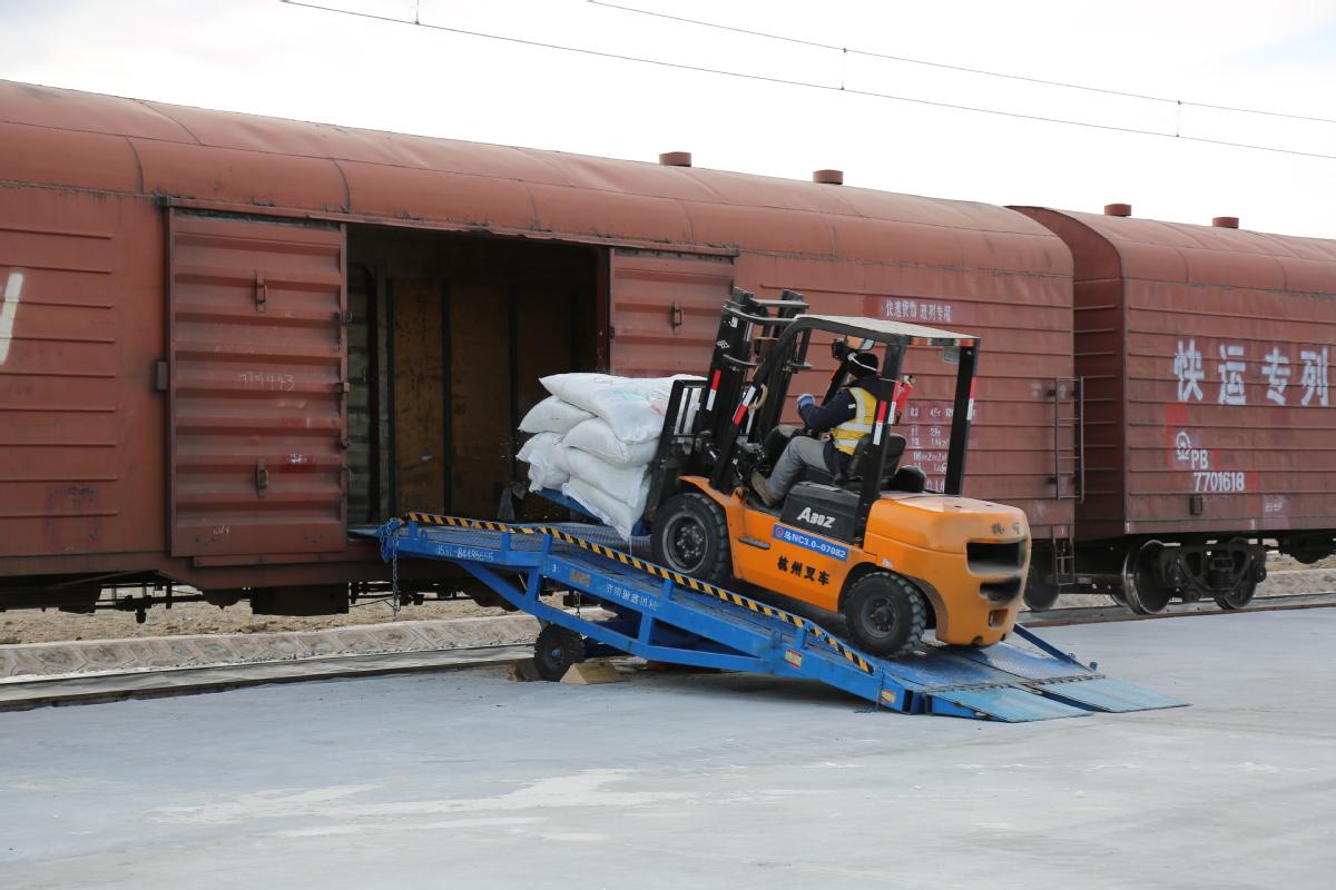 铁路货运装卸线侧移式移动接触网在全国首次投用