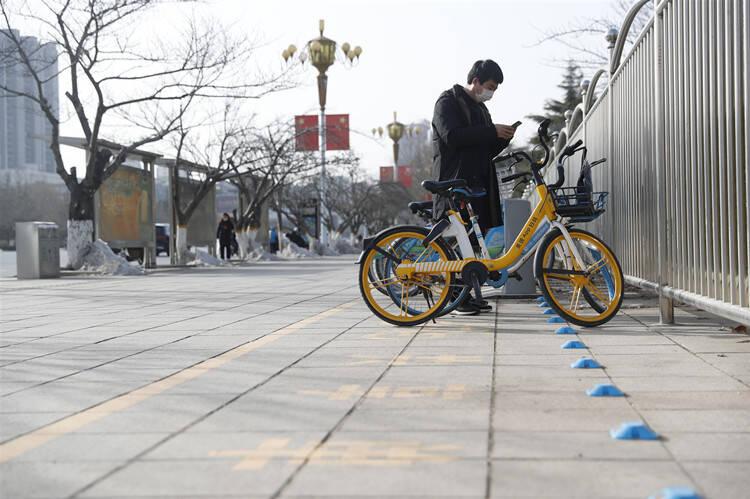 潍坊高新区安装电子围栏破解共享单车乱停乱放难题