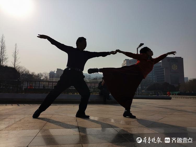 泉城广场上,两位七旬老人舞出精彩