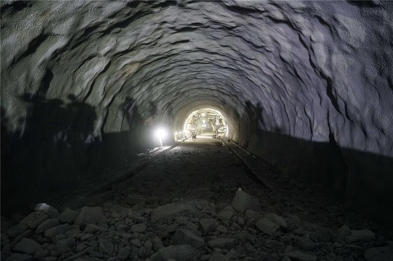 """""""水帘洞""""打通!大丰华高速鸿图特长隧道全线贯通"""