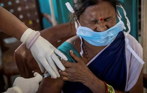 印度多地医务人员拒绝接种疫苗 担心出现不良反应