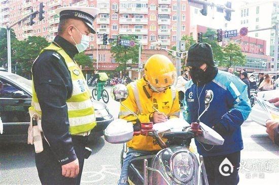 泉州:男子未戴头盔刚被教育,转身竟闯机动车道