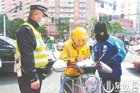 外卖骑手未戴头盔刚被教育 转身竟闯机动车道