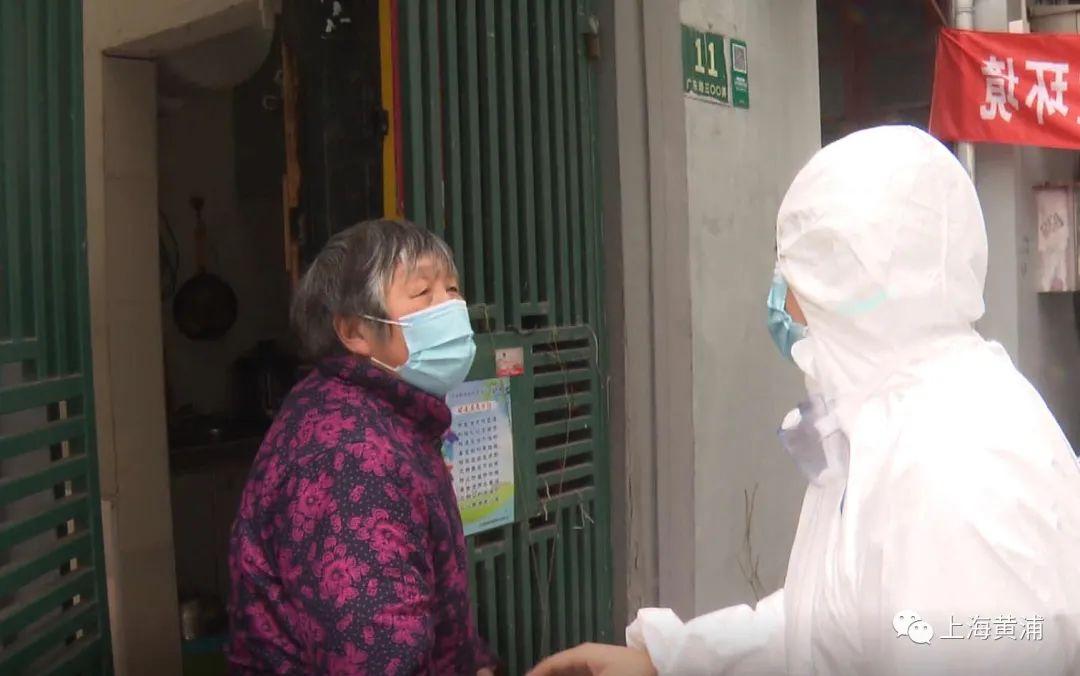 上海昭通路居民区居民前往酒店集中封闭管理图片