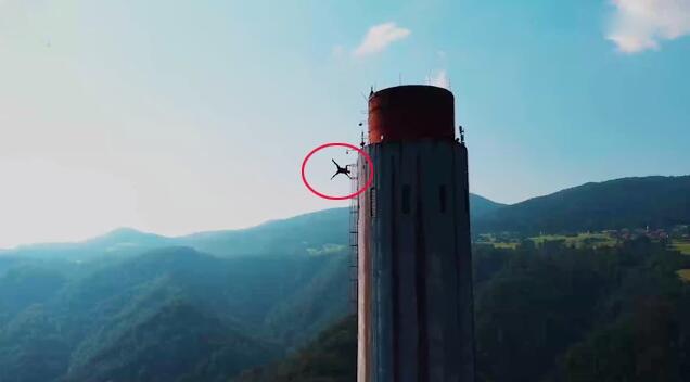斯洛文尼亚特技团队成员爬上360米高烟囱顶表演杂技