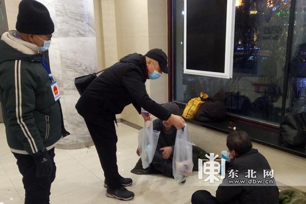 """哈尔滨""""寒冬送温暖""""专项行动救助流浪人员80余名"""