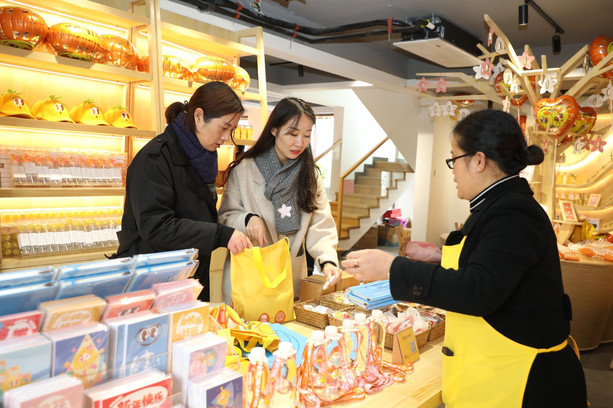 奉贤黄桃做成汽水、啤酒、洁面皂、指甲油……上海地产水果不止是水果