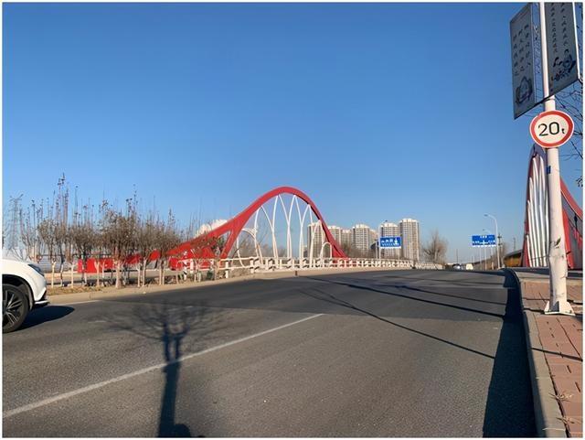 及时协调相关单位修补路面 公安交管部门治理西青区春光路南运河跨线桥安全隐患