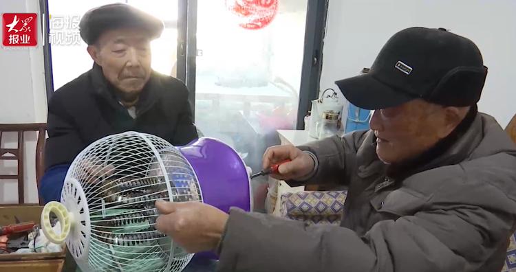 """暖心闻丨湖南退休老教师变身""""中国好邻居"""":4年免费给邻居们维修小家电近百件"""