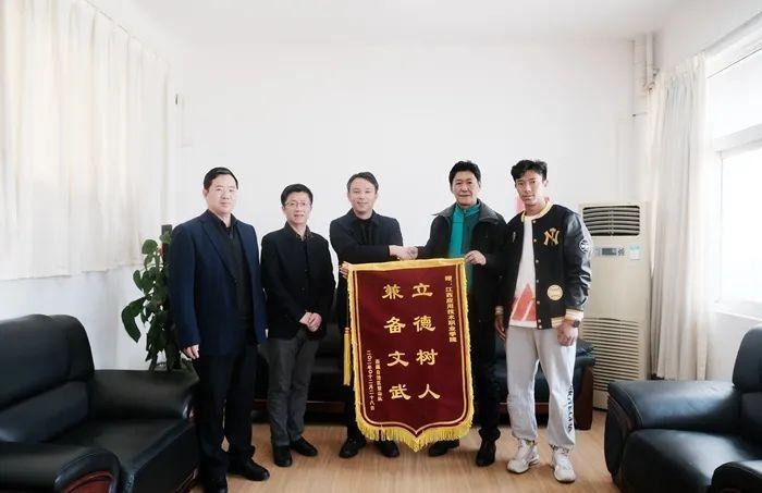 江西应用技术职业学院获赠西藏登山队锦旗