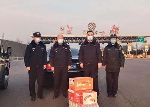 阳泉市公安局郊区分局慰问抗疫一线执勤民辅警