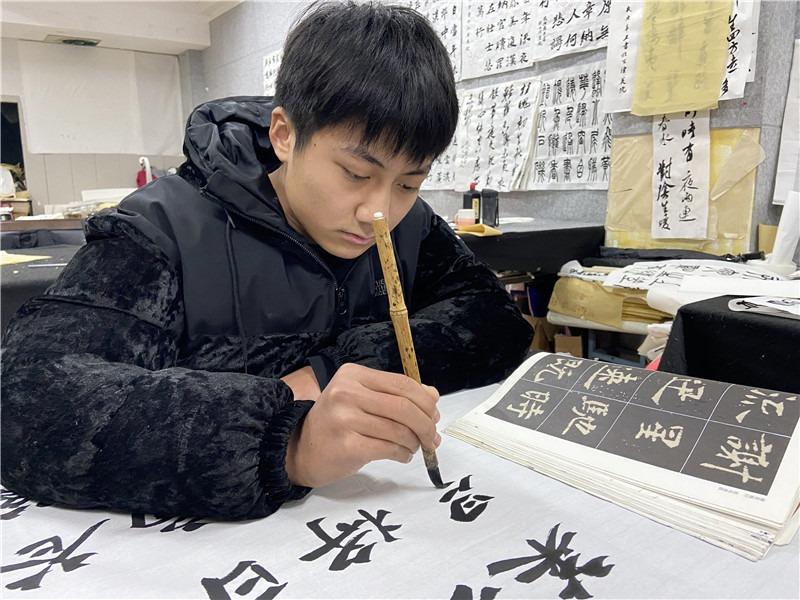 爸爸打样妈妈陪练,益阳17岁少年获省统考书法类(物理科目组合)第一名,家人盼他回去写春联