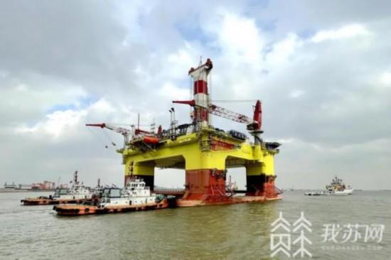 中国首艘中深水半潜式钻井平台在江苏完成拖带任务